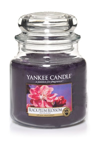Lumanare parfumata in borcan mediu Black Plum Blossom de la Yankee Candle